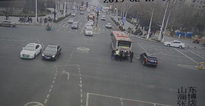 54秒丨淄博:早高峰公交车突然抛锚 众人合力推车200米