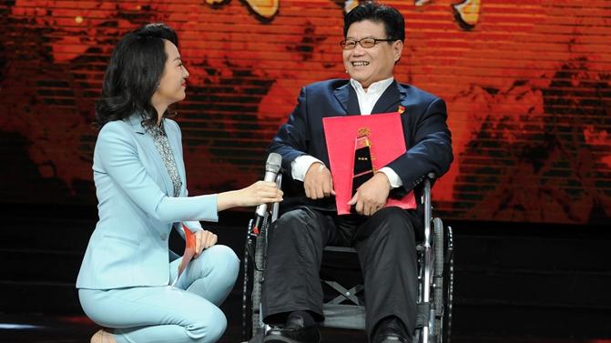 """主持人始终对他""""半跪着""""采访,""""齐鲁时代楷模""""发布现场的这名残疾人有什么来头"""