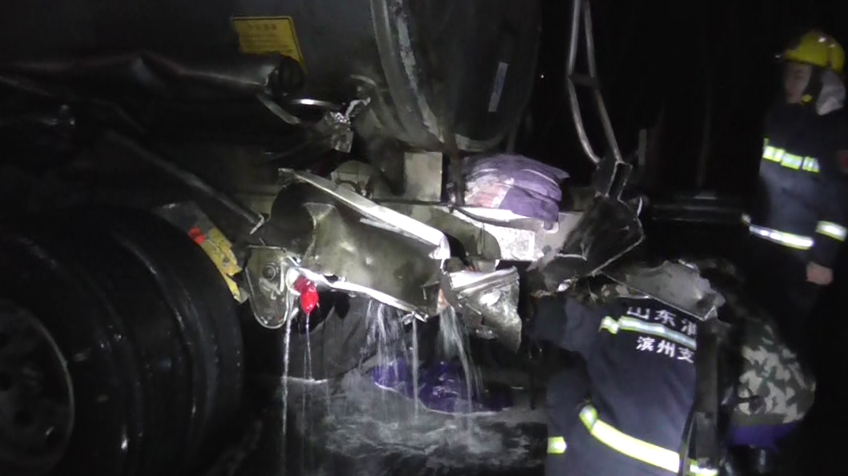 41秒丨险!两辆满载33吨的柴油车相撞,幸亏消防员巧救援