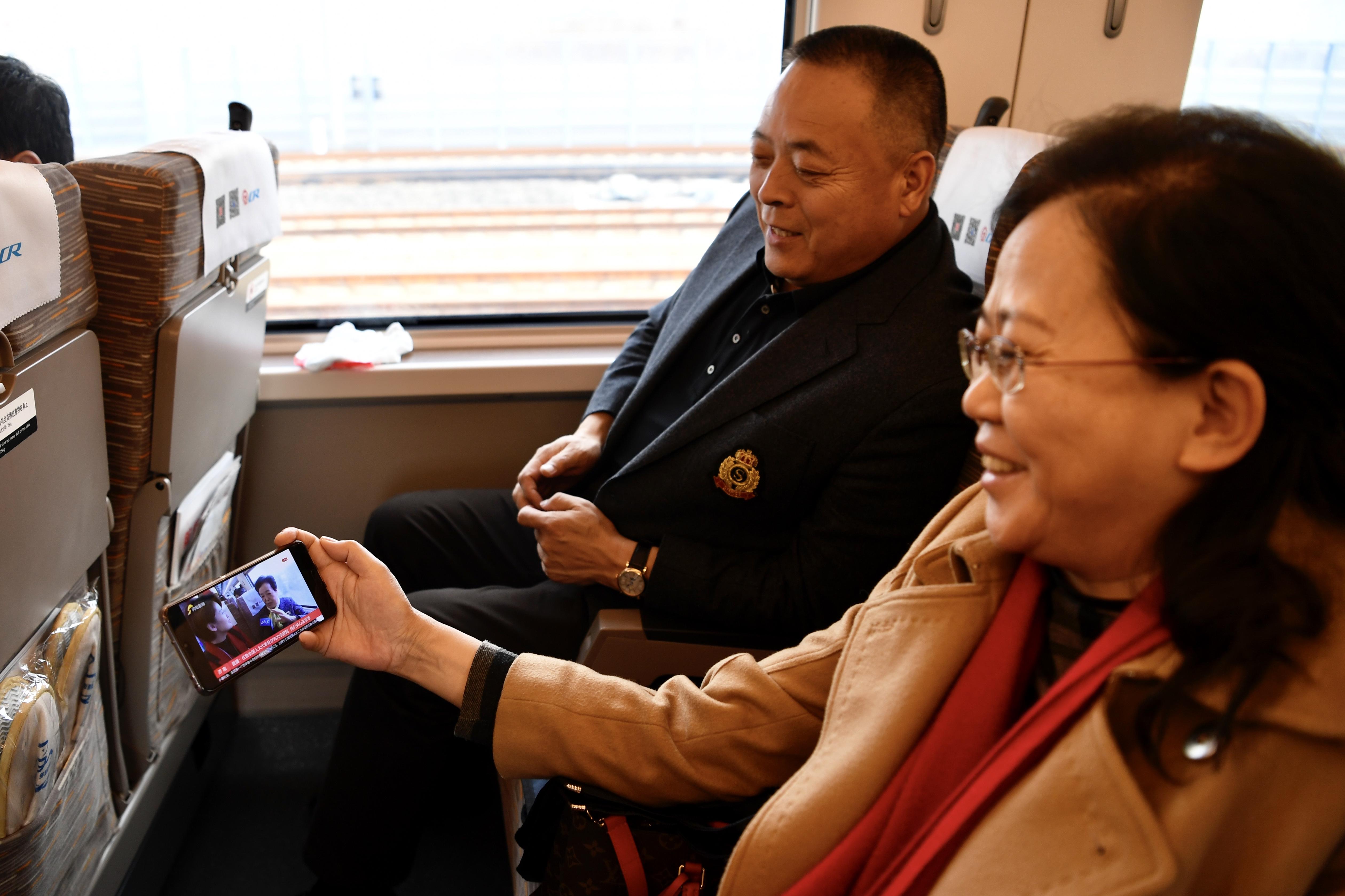 组图:住鲁全国人大代表赴京向大会报到 车上的他们最关心这些事