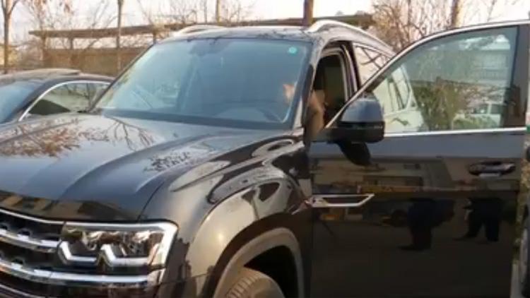 滨州男子30多万买大众途昂新车 车门疑似打过腻子喷过漆