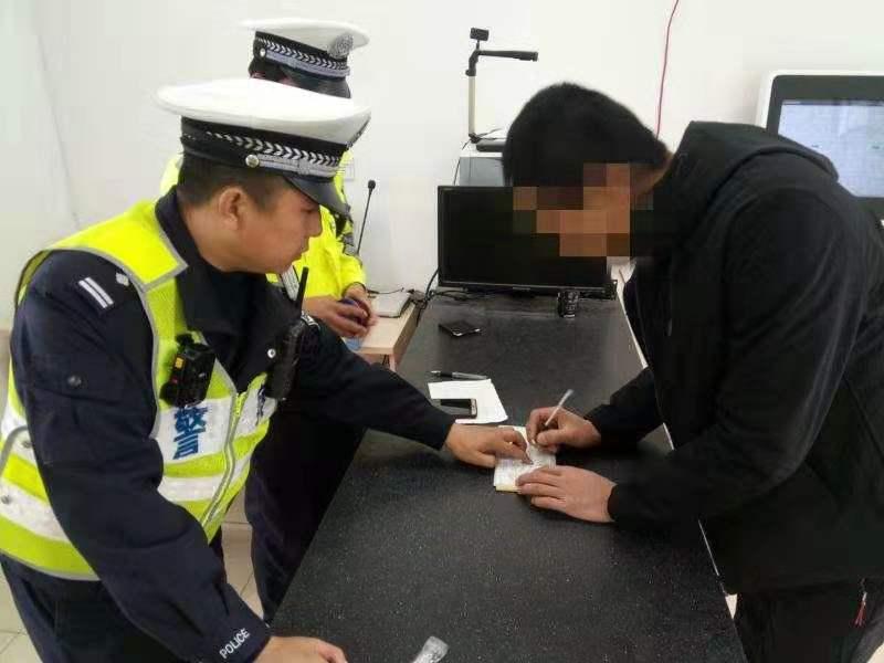 男子用伪造驾照应对检查 被青岛民警一眼识破