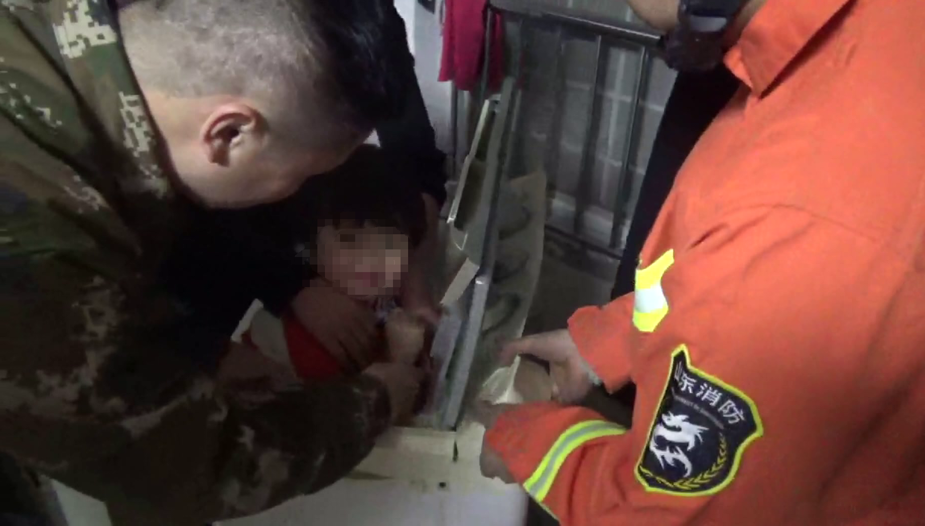 45秒丨菏泽3岁女童太顽皮 钻进洗衣机被卡不能动弹