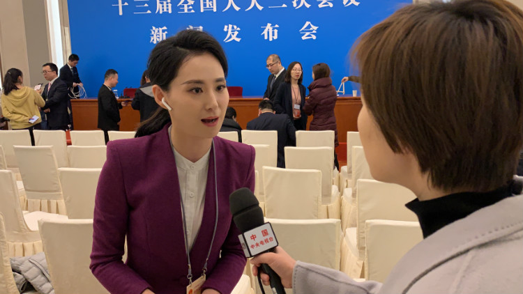 57秒|央视采访山东台记者崔真真:今年两会最关注这些问题
