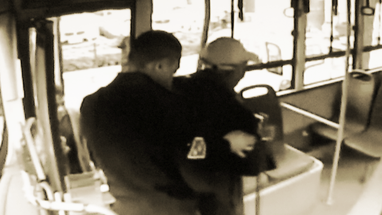 """73秒丨寿光20路公交车上出现一名""""雷锋"""" 他用这个简单举动感动他人"""