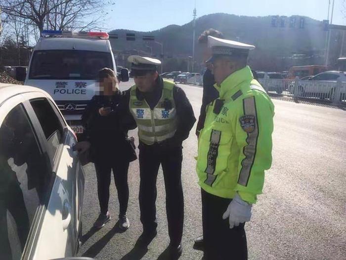 交警执勤捡到走失老人 朋友圈信息帮老人找家