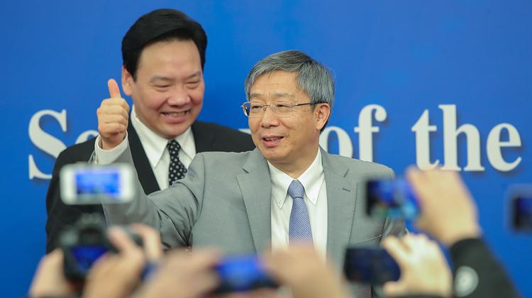 两会视觉日记|记者会上的精彩瞬间 中国人民银行行长易纲等答问