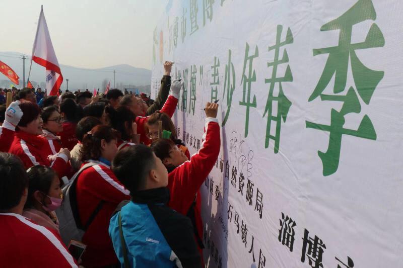 绿意满淄博 900余名青少年、志愿者义务植树2500余棵