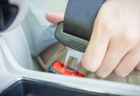闪电舆论场 | 深圳:乘客不系安全带 或罚乘客500元 司机该免责吗?