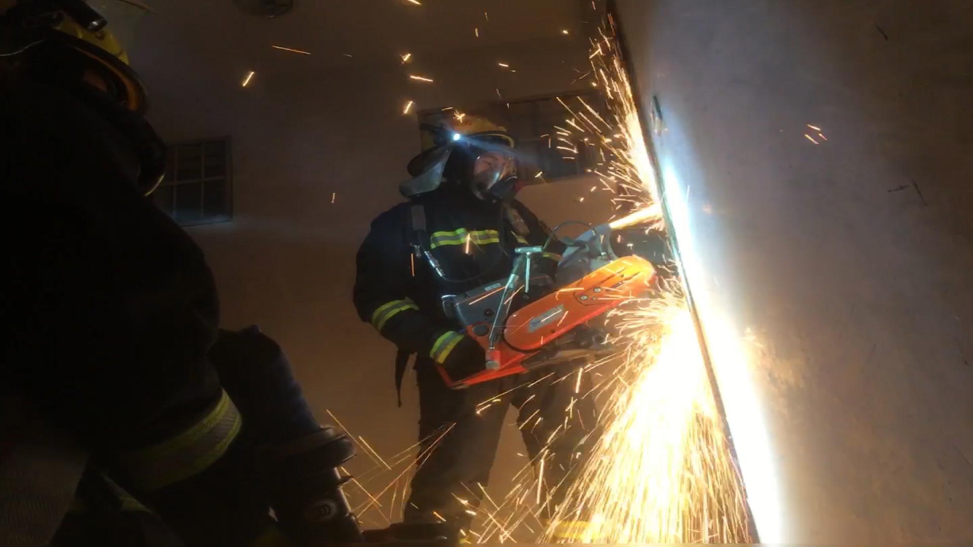 41秒|德州一居民楼失火 醉酒老人昏迷,消防员跪地心肺复苏
