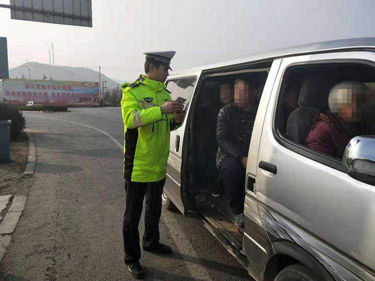 """临沂:面包车载客超员被查 同车人员为免罚邀交警""""整两口"""""""