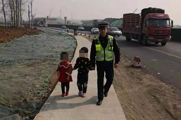 淄博:7岁男孩带着5岁妹妹离家迷路 交警帮其回家