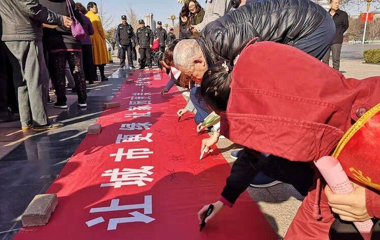 30秒 潍坊园林管理处开展绿化公益活动 为市民免费送苗木