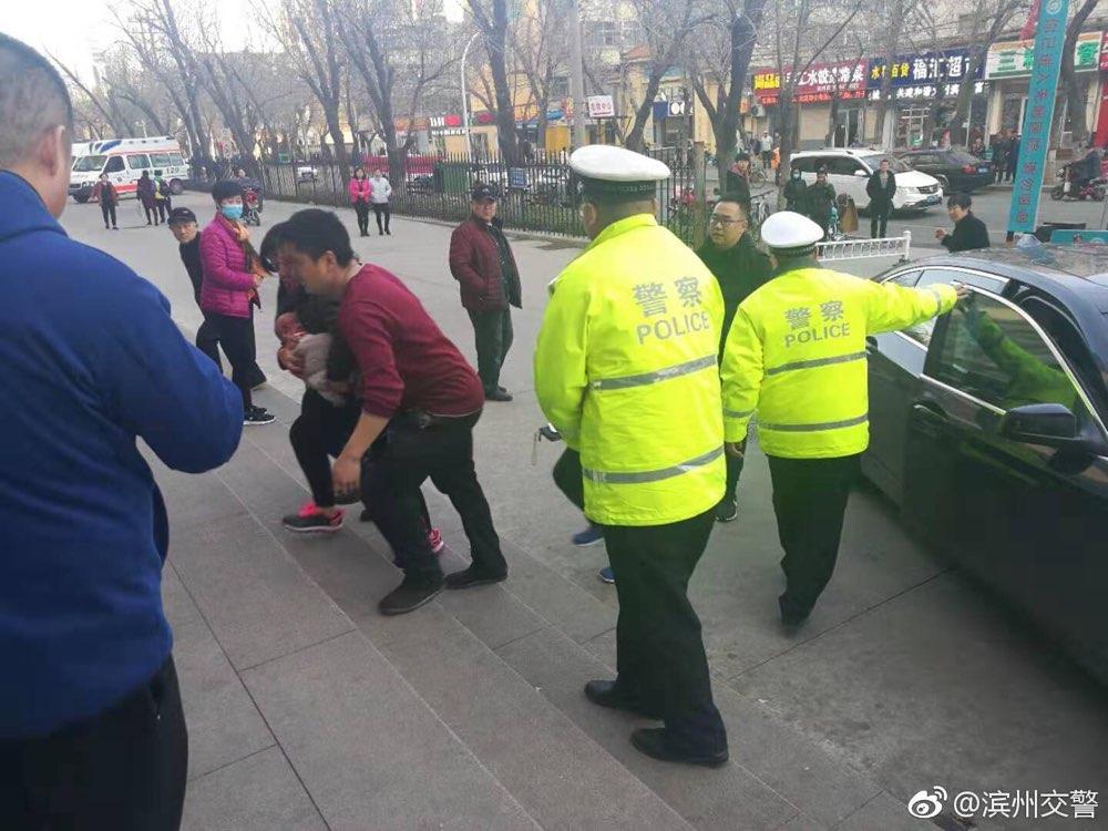 婴儿车祸被撞伤 滨州交警紧急开道护送就医