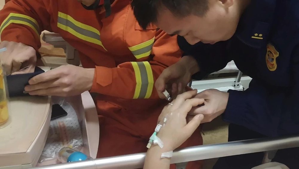 淄博一孕妇孕期变胖戒指卡手指 消防细心帮取下