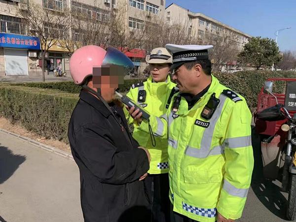 淄博:男子酒驾去医院看病妻 交警查处后警车护送