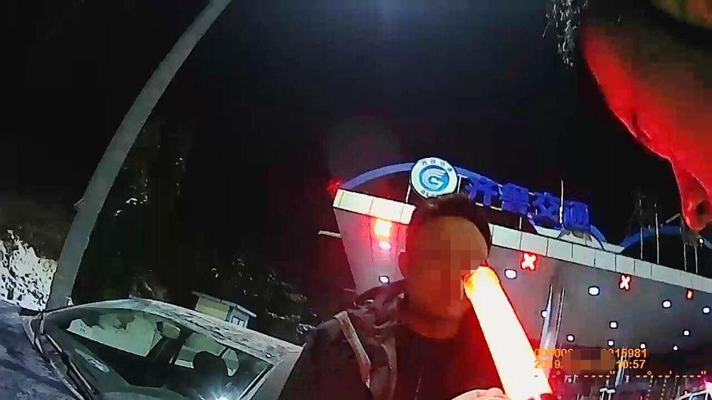 太冲动!男子酒后驾车上高速 被记12分罚款1000元