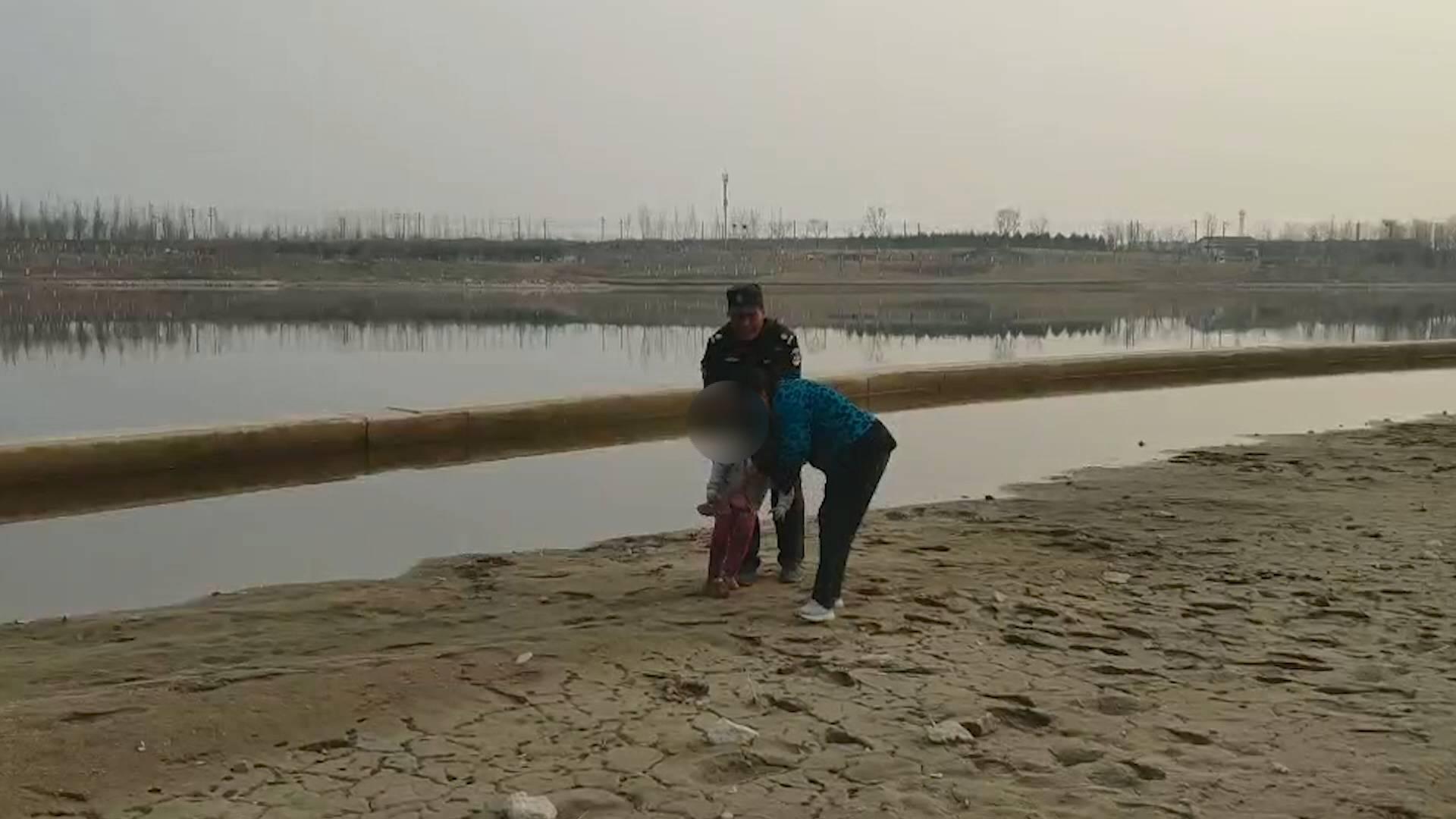 44秒丨淄博一男童陷入湖边淤泥 保安大叔挺身相救