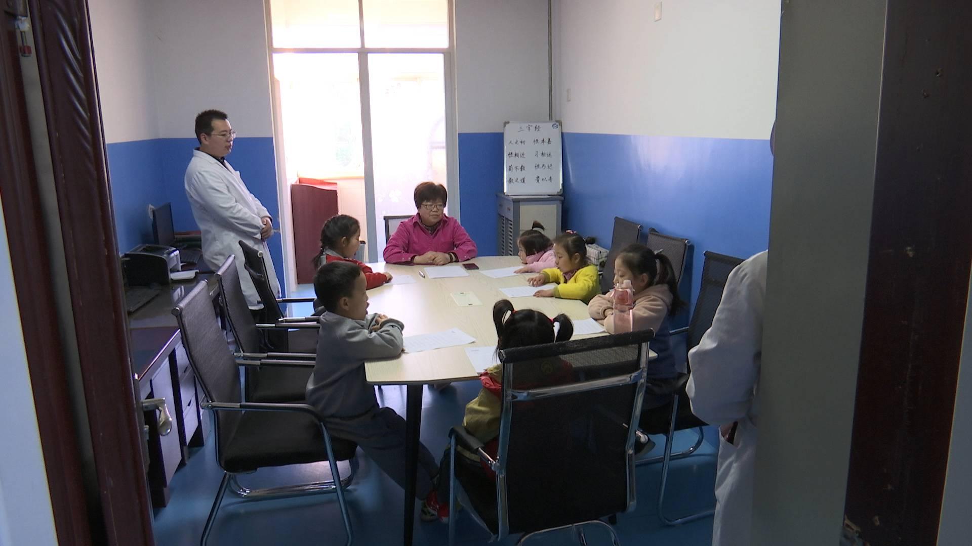 79秒丨医院里有了小课堂!来济看病的她免费辅导孩子功课