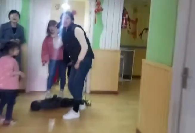 郑州一2岁男童幼儿园昏倒 夫君用这个要领抢在黄金3分钟救了孩子
