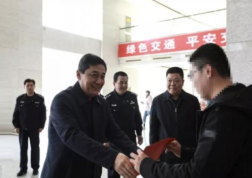 """协助警方抓捕嫌犯 寿光这仨""""的哥""""每人被奖励5000元"""