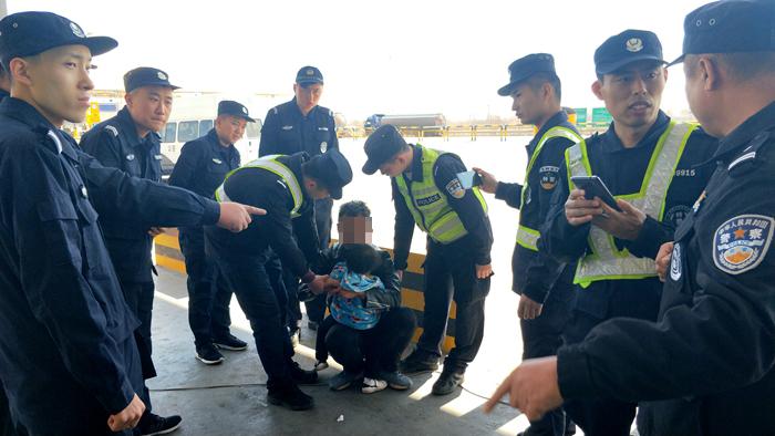 夫君度量女童见民警执勤撒腿大跑?原形原来是如许