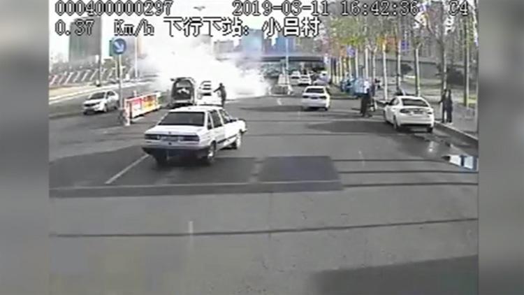 49秒丨私家车自燃浓烟滚滚 邹平公交司机及时救援