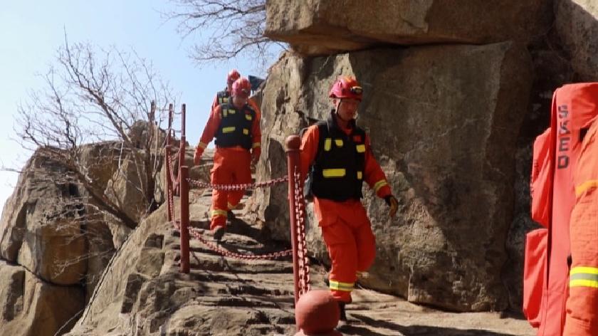 34秒丨 泰安:男子坠落70米悬崖多处骨折 消防救援脱险