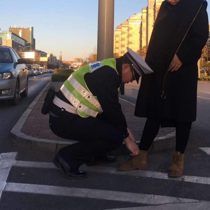 72秒丨济南一交警蹲地为孕妇系鞋带 网友直呼太暖心了