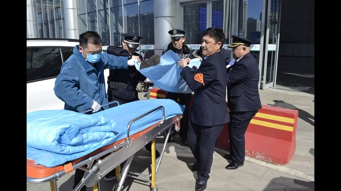 48秒丨老人火车站突发疾病  客运值班员告急救济