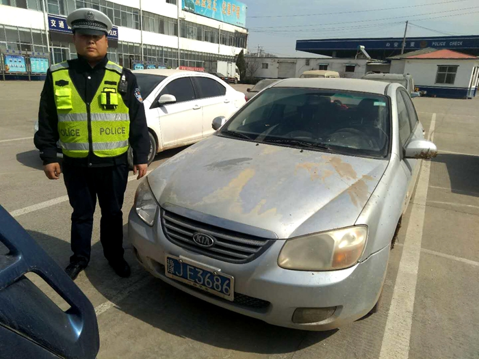"""无证二次酒驾、开套牌报废车...男子身携""""六宗罪""""被交警查获"""