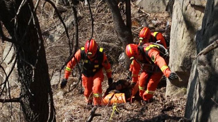 53秒丨男子坠落70米悬崖深处 泰山消防中队上演生死营救