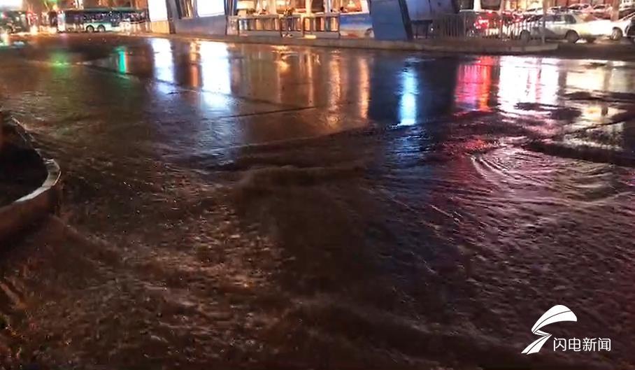 济南历山路水管破裂致严重积水 16日上午12点前抢修完毕
