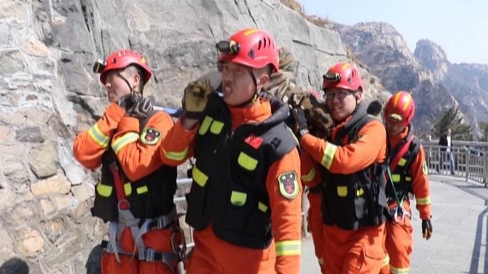 52秒丨男子坠落70米悬崖多处骨折 消防上演生死营救