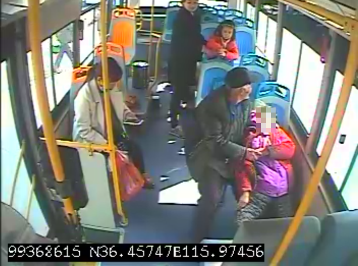 65秒 老人公交车上突发疾病,聊城这位公交司机的举动很暖心