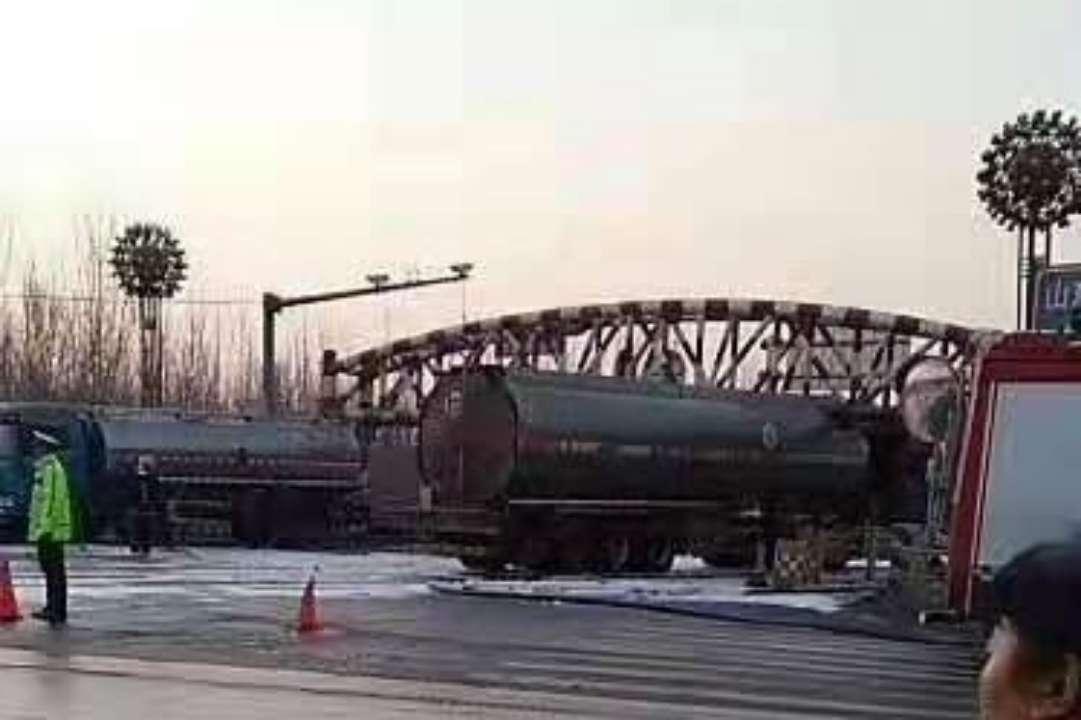 油罐车被限高杆卡住 济南黄河大桥暂时双向封闭
