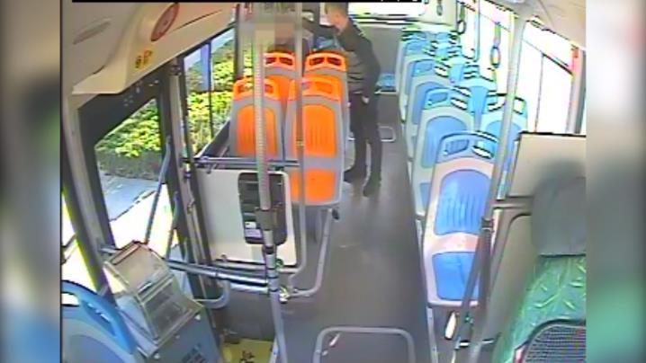 63秒 聊城:乘客公交车上突发疾病 驾驶员这波操作赢得点赞