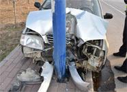 博兴一司机开车打盹致轿车失控 撞上路灯杆酿事故