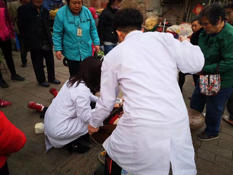 39秒|潍坊一老人街头突然晕倒 社区医生第一时间成功抢救