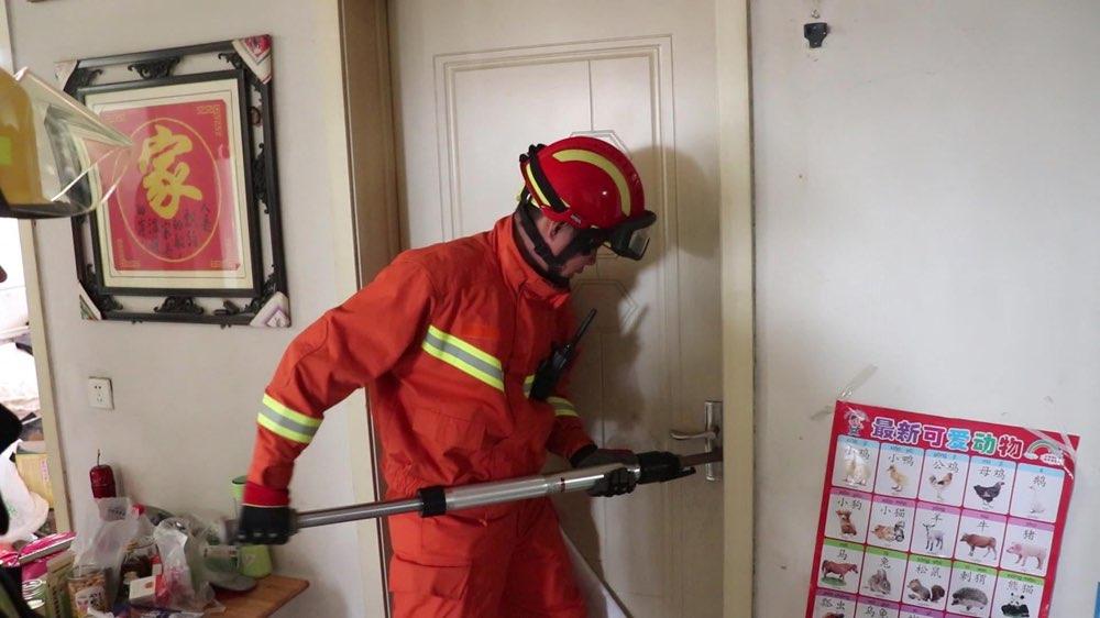 山东济宁:  2岁幼童独锁家中 消防员2分钟开门施救