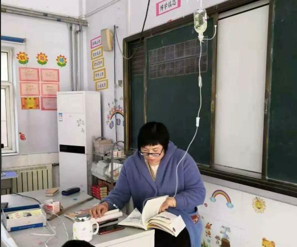 济南这个挂着点滴带孩子阅读的女教师:你认真的样子真美