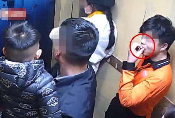50秒丨小伙无视孩子在电梯里吸烟被打 电梯禁烟遭遇监管及执行尴尬