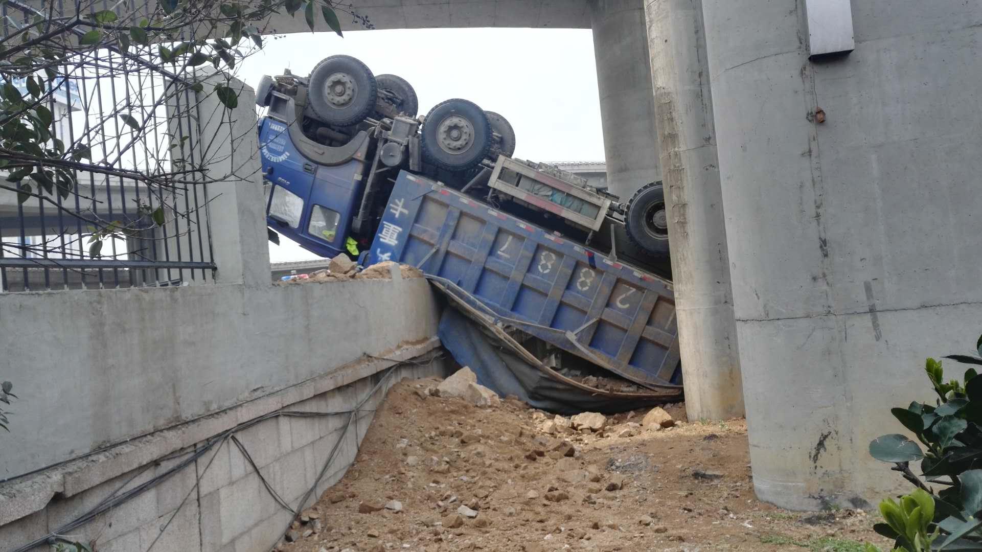 一渣土车翻下青岛海尔立交桥 车头变形严重