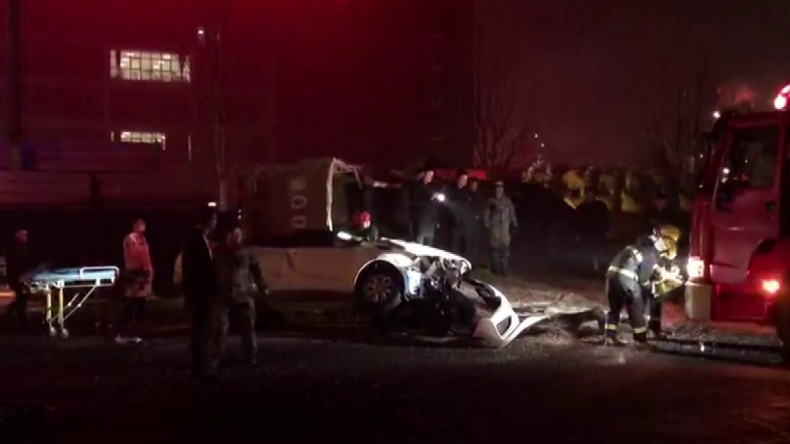 30秒丨临沂一货车侧翻掩埋轿车司机被困 消防徒手扒石子救援