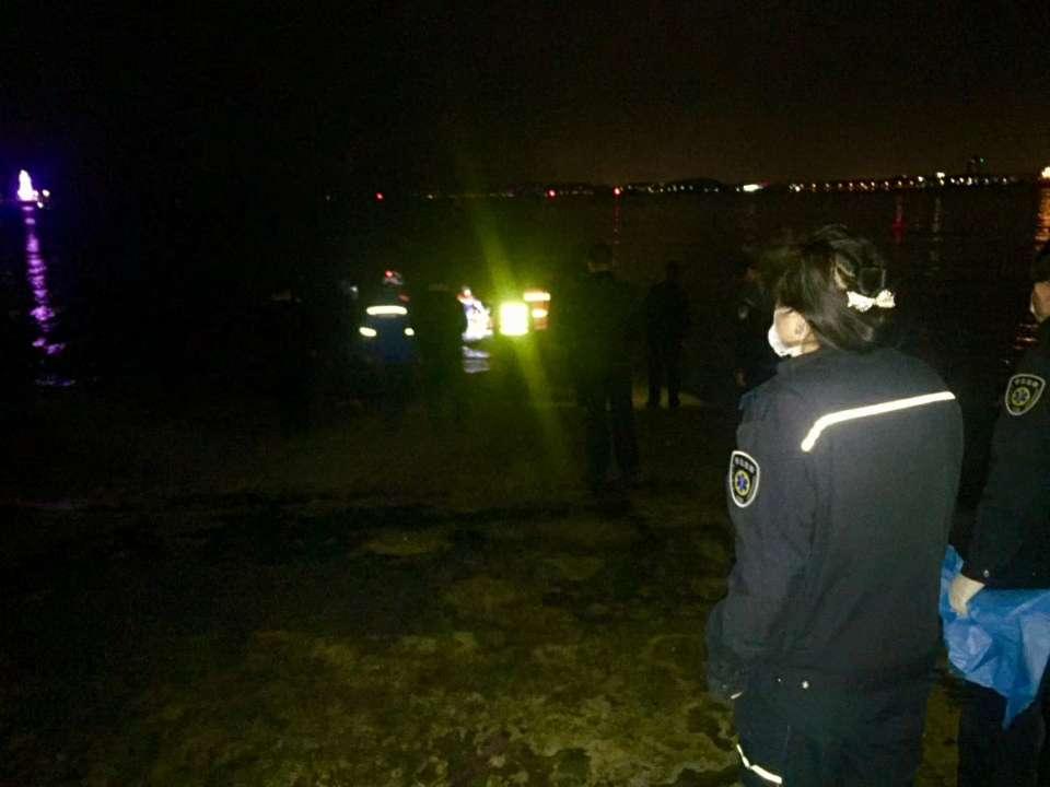 青岛:男子深夜落水 救援队员火速营救