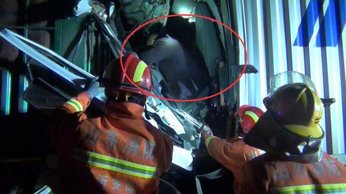 44秒 | 日兰高速临沂段两车追尾司机被困 消防员紧急施救