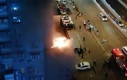 突发!济南伟东新都四区附近一饭店楼顶着火 无人员伤亡