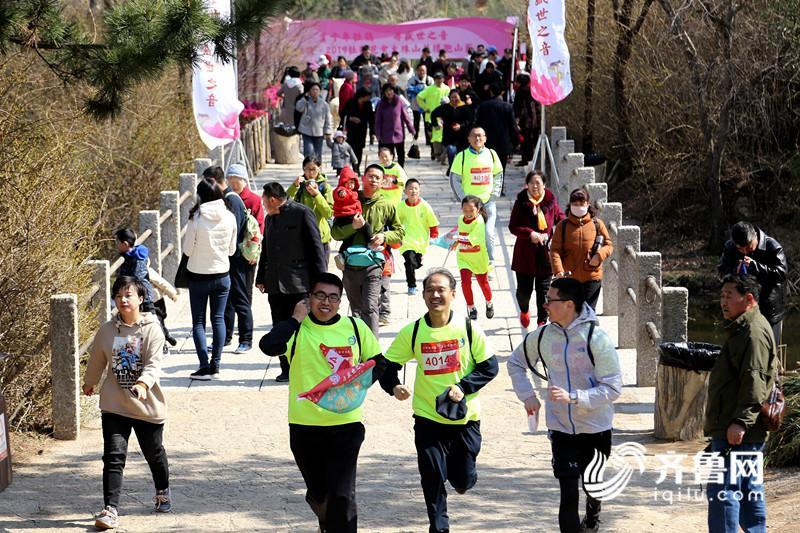 2、市民和游客在大珠山风景区参加花样跑山节活动 (1)_副本.jpg