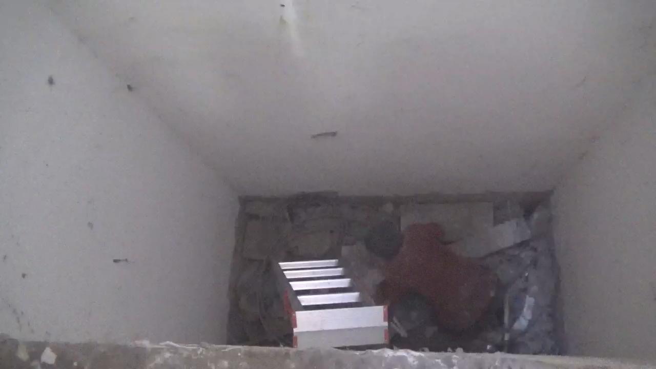 49秒丨济南一老人不慎坠入通风井 消防紧急救援