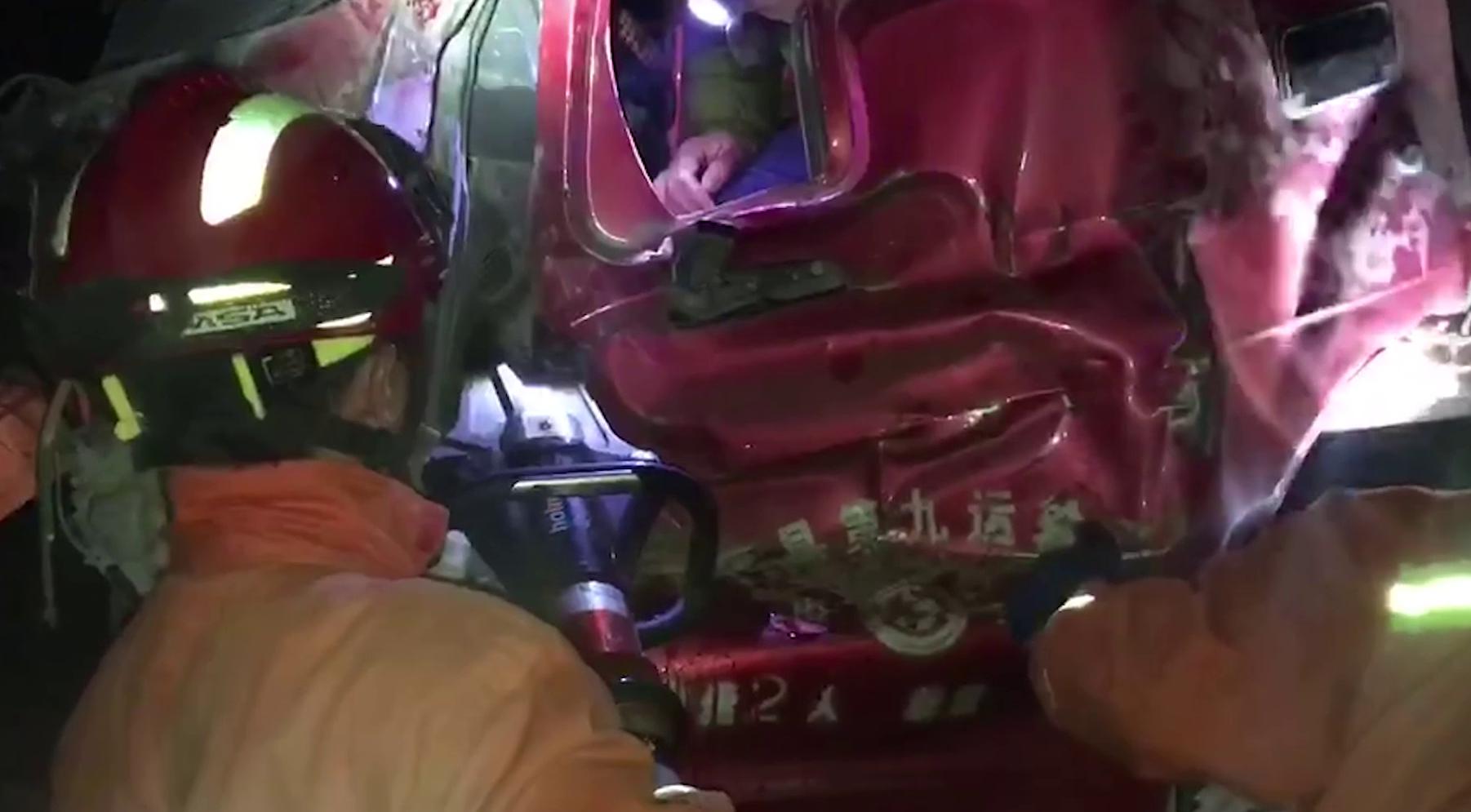 45秒丨聊城3辆大型货车相撞  一司机左腿被变形车头紧紧卡住